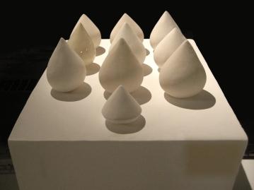 """La création prend formes, sculpture de céramique (10 pièces), 5"""" X 3,5"""" chacune, 2010."""