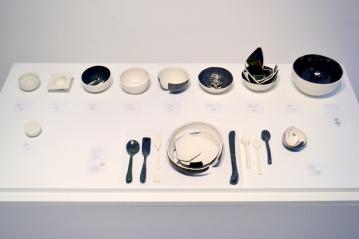 Dialogue : relations à l'objet, installation de 11 pièces, céramique, 3' X 6', 2011.
